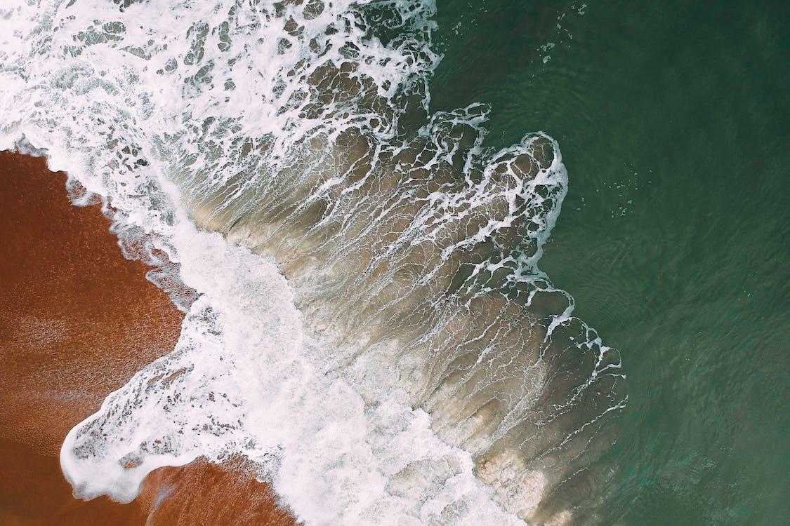 aallot, aallot murtuvat, droonikuva