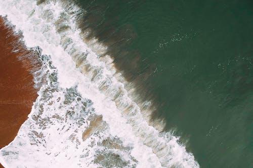 Ilmainen kuvapankkikuva tunnisteilla aallot, aallot murtuvat, droonikuva, hiekkaranta