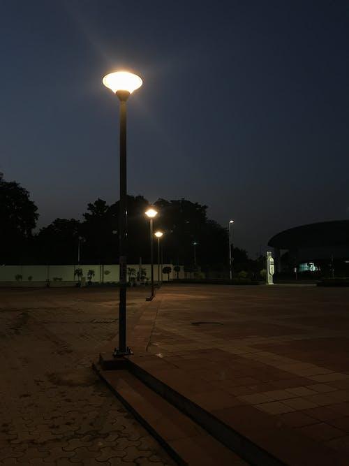 Photos gratuites de lumières de la ville, lumières de nuit, mâts, mâts de drapeau