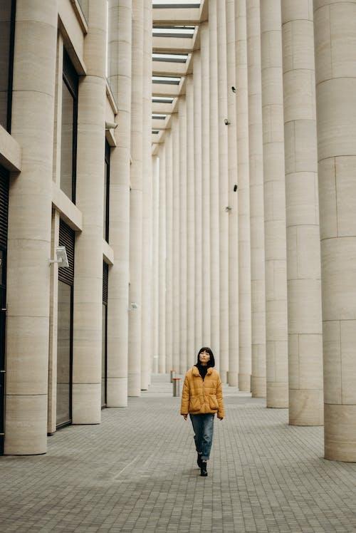 Fotobanka sbezplatnými fotkami na tému architektonický dizajn, budova, bunda, chôdza