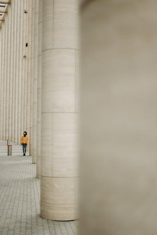 Foto profissional grátis de amarelo, andando, arquitetura, cidade