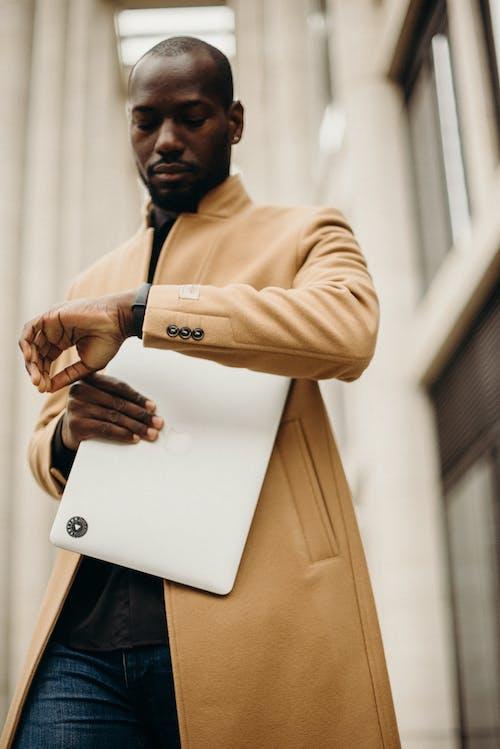 Gratis stockfoto met apple laptop, bedrijf, binnenshuis, eigentijds