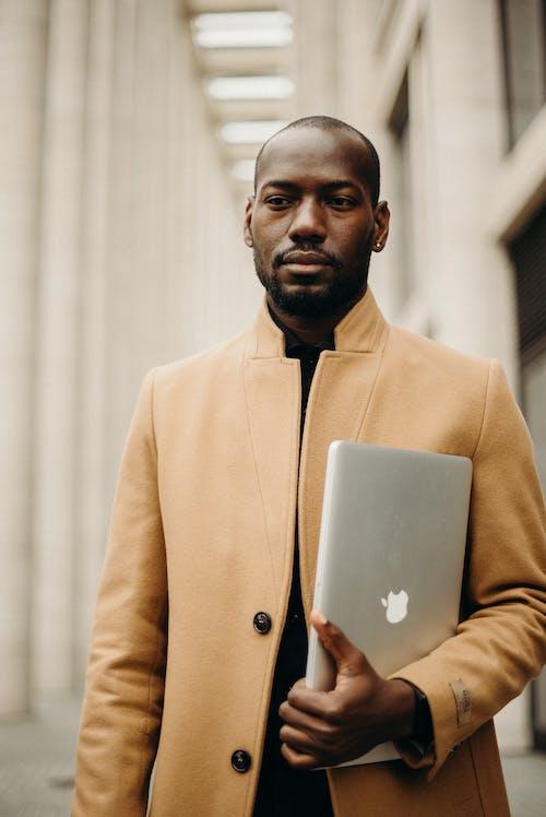 Kostnadsfri bild av afroamerikansk man, ansiktshår, ansiktsuttryck, bärbar dator