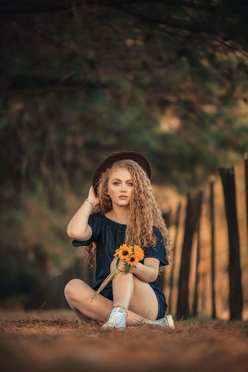 Бесплатное стоковое фото с блондинка, вьющиеся волосы, женщина, парк