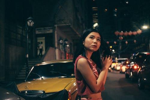 Gratis arkivbilde med asiatisk kvinne, biler, fritid, gå