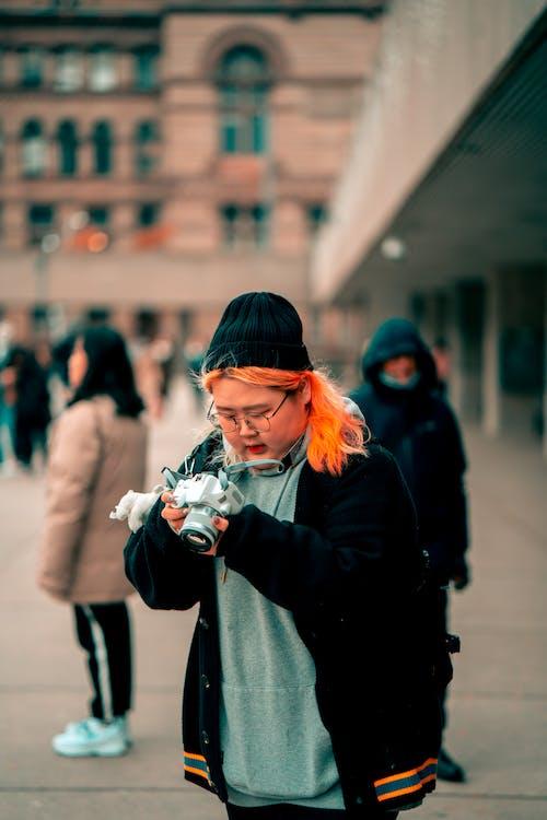 Бесплатное стоковое фото с выборочный фокус, женщина, камера, люди