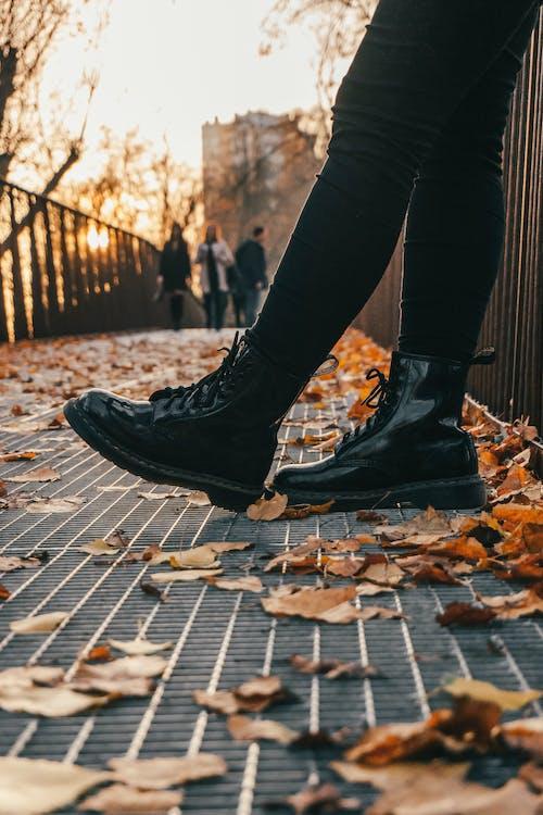 Základová fotografie zdarma na téma boty, černé kalhoty, fotografie znízkého úhlu, holinky