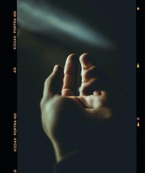 Foto d'estoc gratuïta de colors, concentrar-se, dits, fosc
