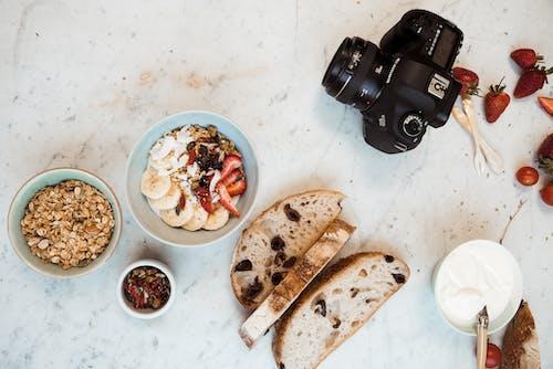 beslenme, çanaklar, çilekler, dslr kamera içeren Ücretsiz stok fotoğraf
