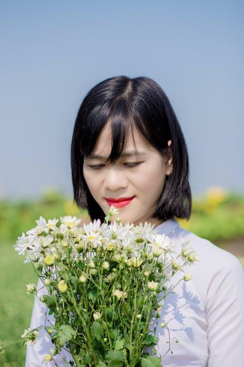 Asyalı kadın, Çiçekler, güze, güzel içeren Ücretsiz stok fotoğraf