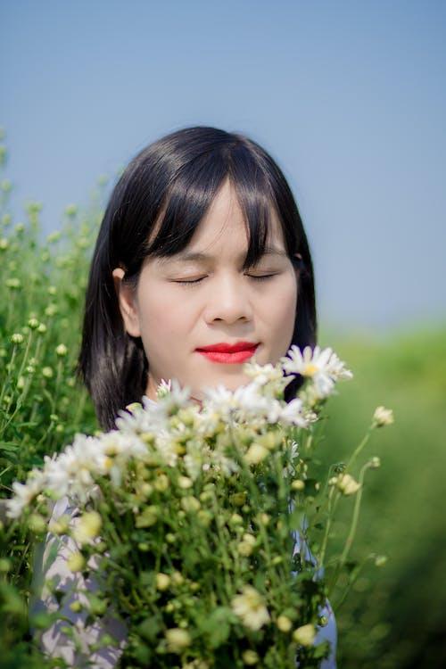 Gratis stockfoto met aantrekkelijk mooi, Aziatische vrouw, bloemen, glimlach