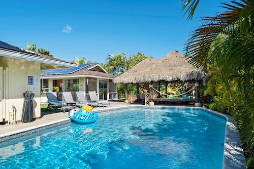 bilardo, gömme havuz, havuz başı, küçük ev içeren Ücretsiz stok fotoğraf