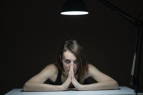 Ảnh lưu trữ miễn phí về ánh sáng, cầu nguyện, Chân dung, đàn bà