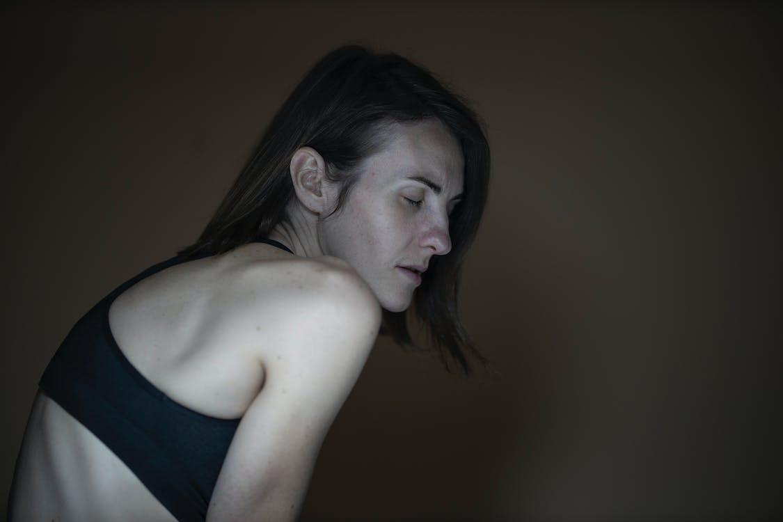kvinne, lukkede øyne, mørk