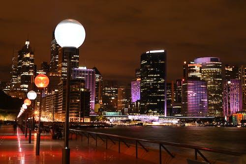 Gratis stockfoto met architectuur, avond, belicht, binnenstad