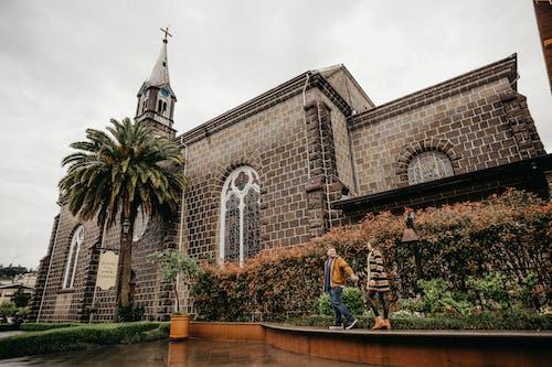 Бесплатное стоковое фото с архитектура, женщина, здание, кафедральный собор