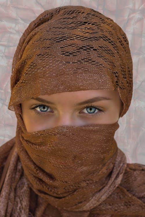 Foto Wanita Mengenakan Jilbab Coklat