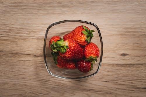 Frutos De Fresa En Recipiente De Vidrio