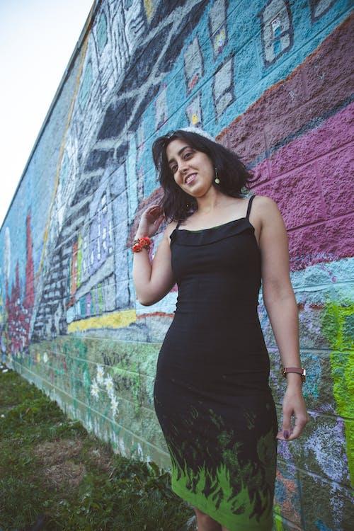 Immagine gratuita di bellissimo, graffiti, modello, vestito nero