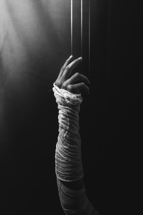 Безкоштовне стокове фото на тему «великий план, всередині, людина, пальці»