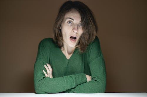 緑のセーターの女性