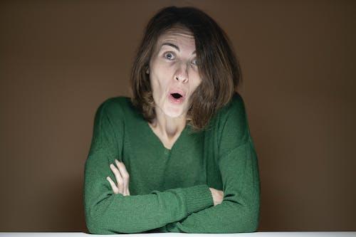 緑のセーターを着ている女性
