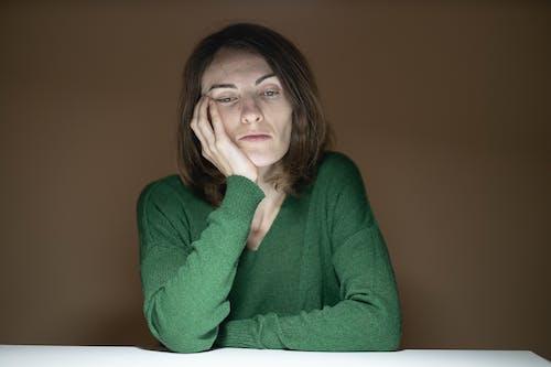 Gratis stockfoto met bruin haar, droefig, gezicht, gezichtsuitdrukkingen