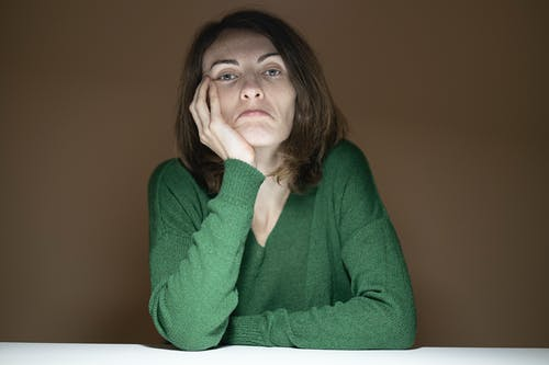 Gratis stockfoto met bruin haar, fashion, gezichtsuitdrukkingen, handen