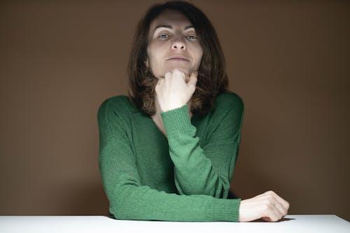 Kobieta W Zielonym Swetrze