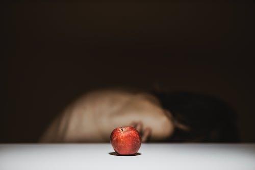 Kostnadsfri bild av 20-25 år gammal kvinna, ansikte, ansiktsuttryck, äpple