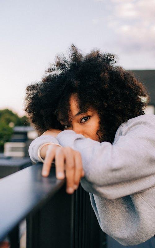 Бесплатное стоковое фото с Афро, выражение лица, вьющиеся волосы, глаза