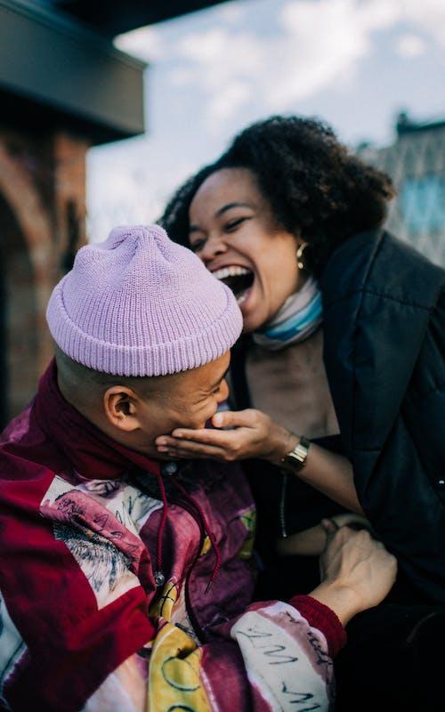 남자, 여성, 웃는, 입다의 무료 스톡 사진
