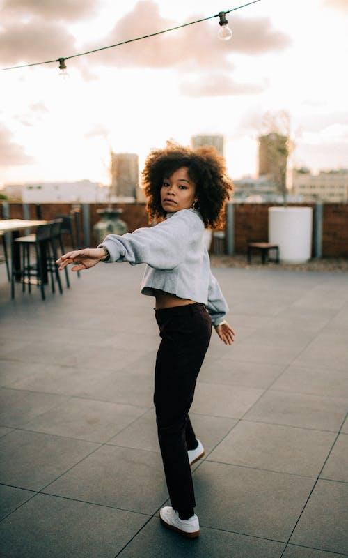 Foto profissional grátis de cabelo afro, de pé, moda, mulher