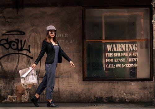 Foto d'estoc gratuïta de a l'aire lliure, buscant, caminant, conjunt de roba