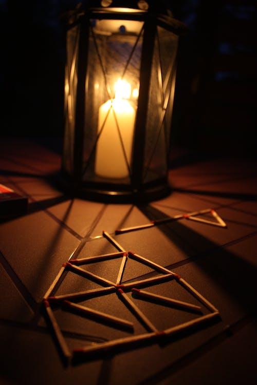 gece, karanlık, mum içeren Ücretsiz stok fotoğraf