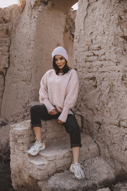 Gratis stockfoto met beanie, beton, buiten, casual kleding