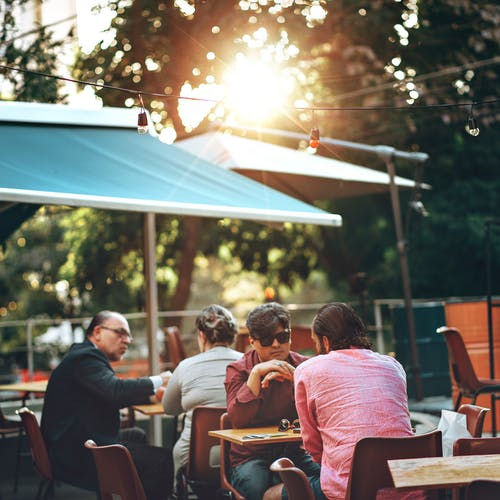 Fotos de stock gratuitas de adulto, al aire libre, calle, cenando