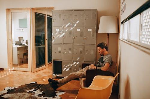 Gratis stockfoto met binnenshuis, deur, eigentijds, gezichtshaar
