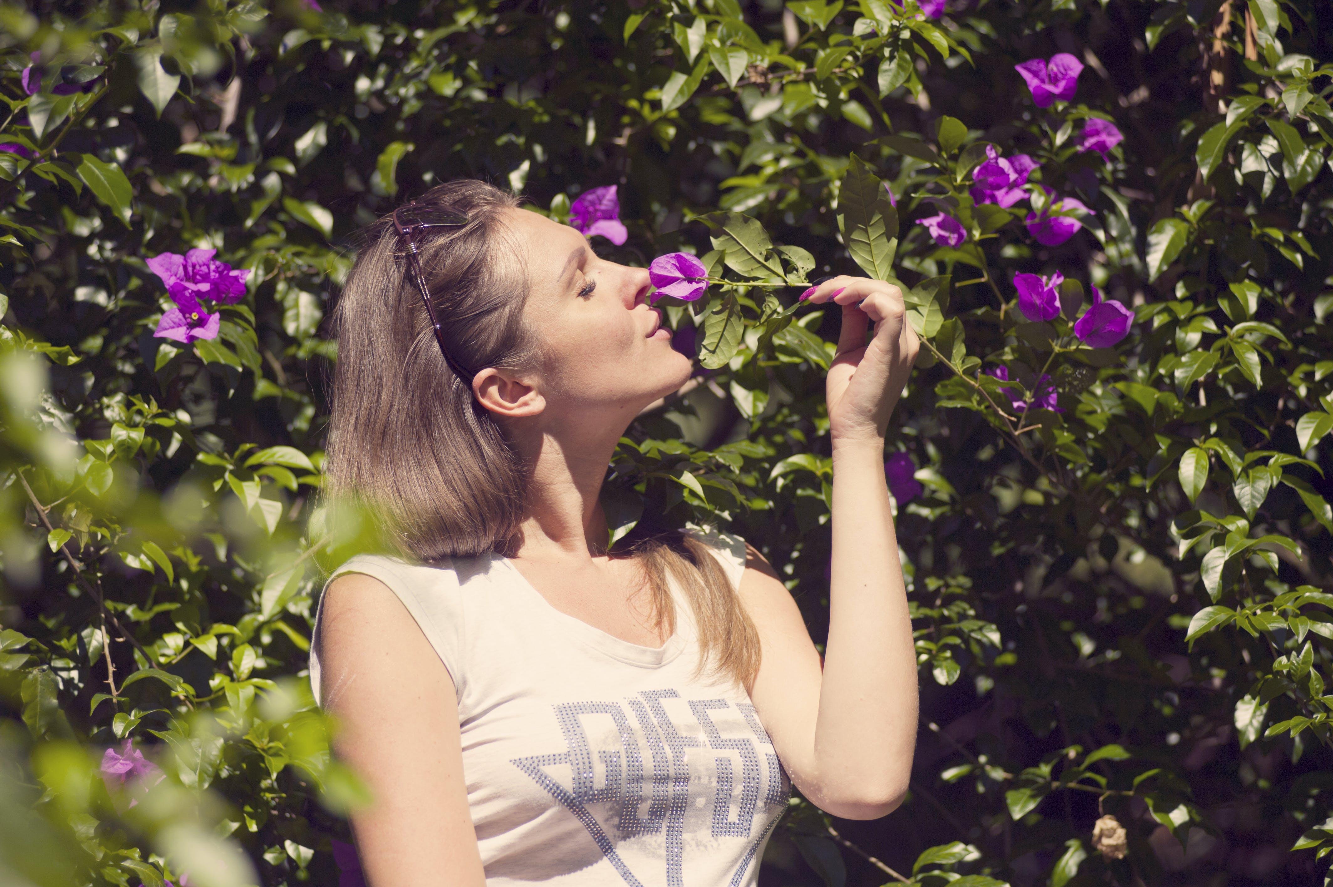 Gratis stockfoto met aantrekkelijk mooi, blijdschap, bloem, bloemen