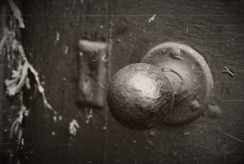 灰階, 特寫, 球形, 舊門 的 免費圖庫相片