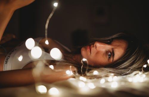 Бесплатное стоковое фото с гирлянда, женщина, красивый, красота