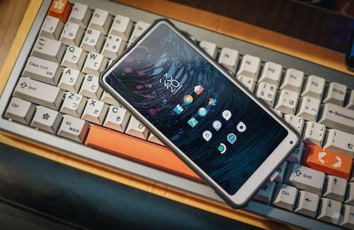 Foto stok gratis handphone, keyboard, ponsel pintar, tampilan