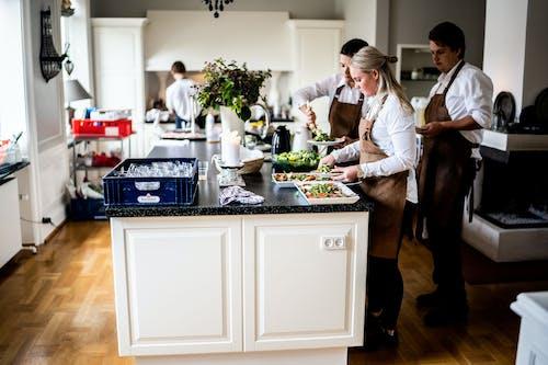 Gratis stockfoto met aanrecht, binnenshuis, chef, dienst