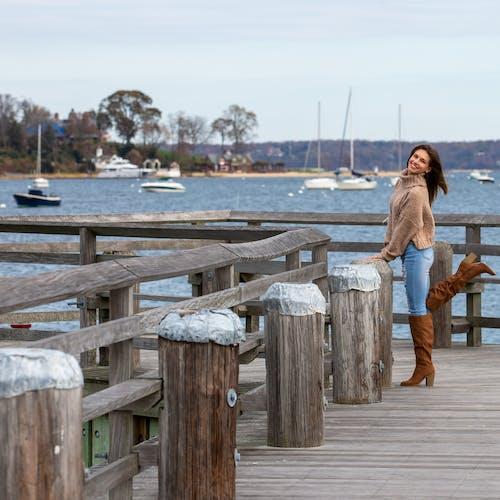 Foto profissional grátis de # água # sorriso # doca # barco # botas # azul