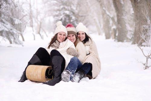 Gün Boyunca Karla Kaplanmış Yerde Oturan üç Kadın