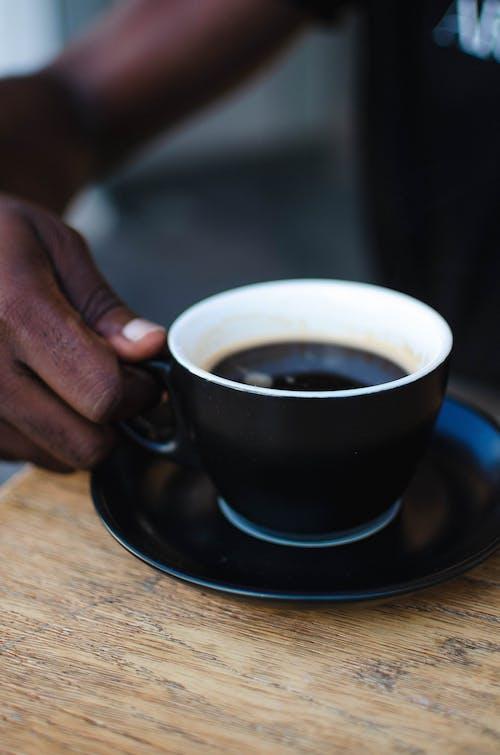 Бесплатное стоковое фото с держать, журнальный столик, кофейная чашка, кофейное искусство