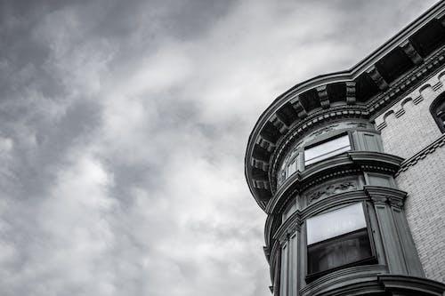 Foto d'estoc gratuïta de bell cel, cels grisos, edifici, edifici de maons