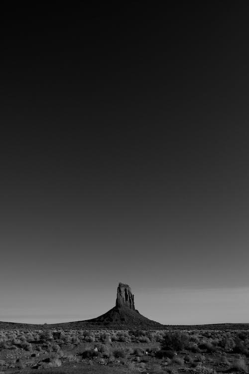 山的灰度照片