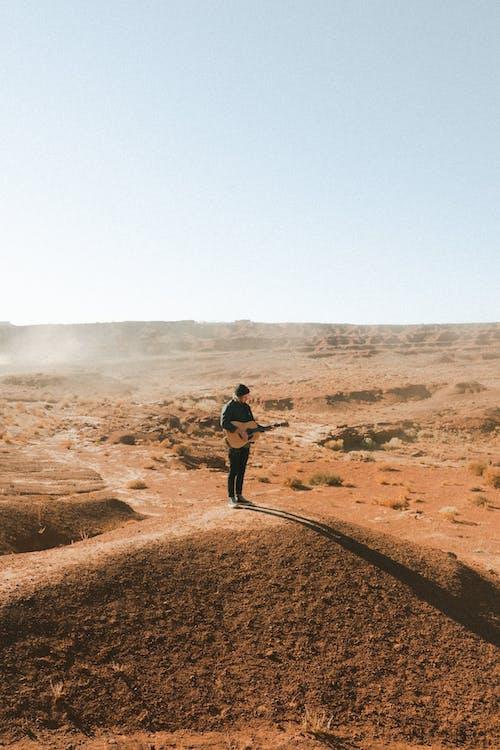 Základová fotografie zdarma na téma akustický, denní, dospělý, džínová bunda
