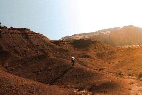 Foto profissional grátis de adulto, adventure, ao ar livre, arid